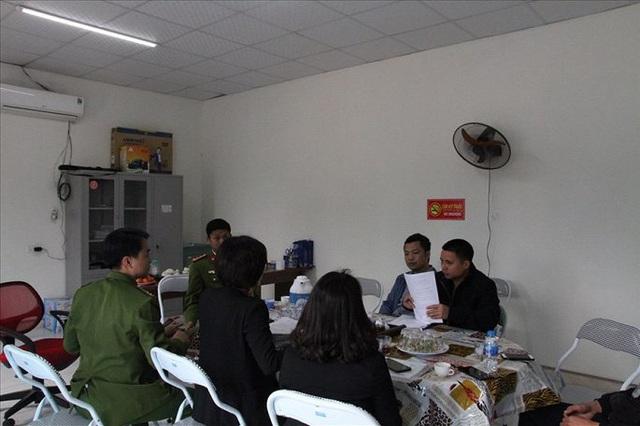 Kiểm tra nhà xưởng của hợp tác xã nghi đổ trộm chất thải lạ ở Hà Nội - Ảnh 2.