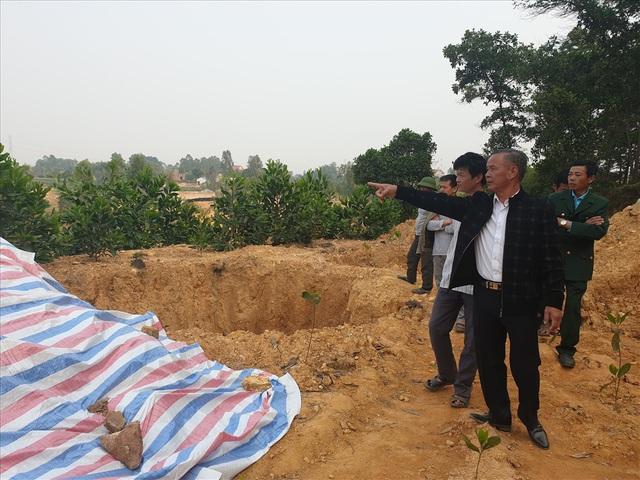 Kiểm tra nhà xưởng của hợp tác xã nghi đổ trộm chất thải lạ ở Hà Nội - Ảnh 5.