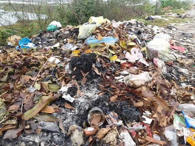 Kinh hoàng những bãi rác khổng lồ nằm ngay trên đê chống lũ - Ảnh 3.