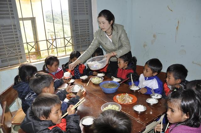 Thầy cô góp gạo, phụ huynh góp củi - chuyện lạ ở Tu Mơ Rông - Ảnh 1.
