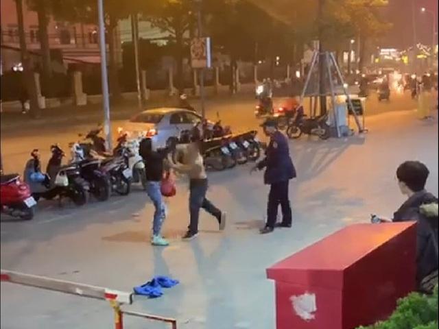 Hà Nội: Phẫn nộ nam nhân viên bảo vệ vừa đấm vào mặt vừa chửi người phụ nữ chỉ vì việc để xe - Ảnh 1.