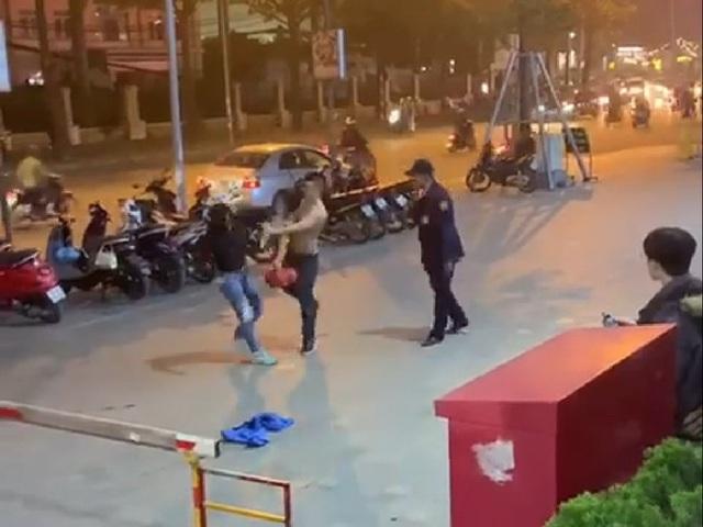Hà Nội: Phẫn nộ nam nhân viên bảo vệ vừa đấm vào mặt vừa chửi người phụ nữ chỉ vì việc để xe - Ảnh 2.