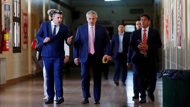 Chuyện lạ: Tổng thống Argentina đi... trông thi ngay sau khi nhậm chức - Ảnh 2.