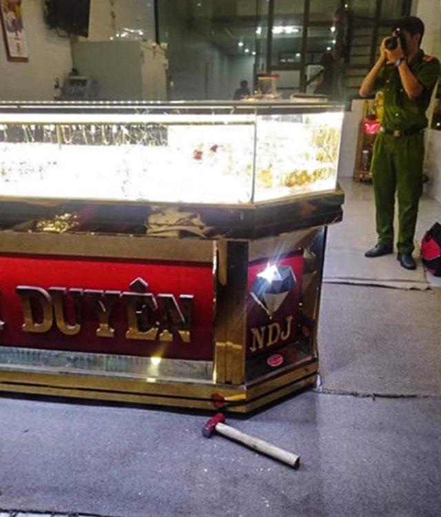 Tiệm vàng bị cướp khi chủ đang xem U22 Việt Nam hạ Indonesia - Ảnh 2.
