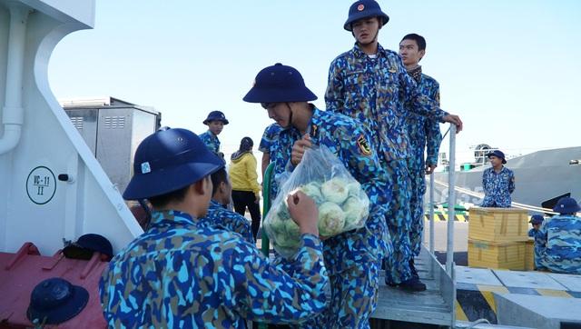 Trao 10.000 lá cờ Tổ quốc cùng 5.300 bức thư chúc Tết của học sinh đến quân dân Trường Sa - Ảnh 6.