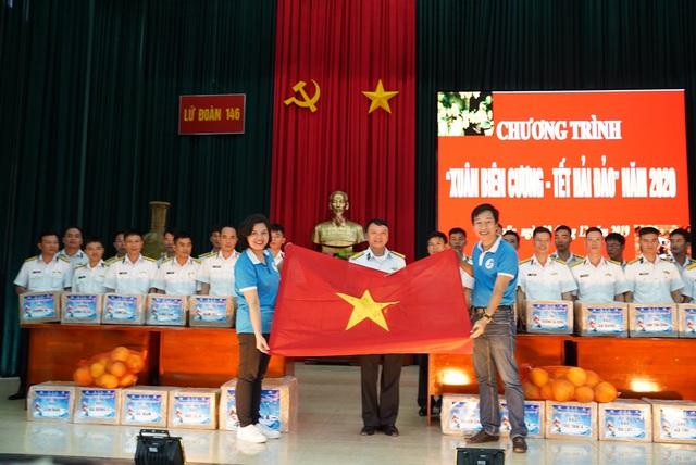 Trao 10.000 lá cờ Tổ quốc cùng 5.300 bức thư chúc Tết của học sinh đến quân dân Trường Sa - Ảnh 1.