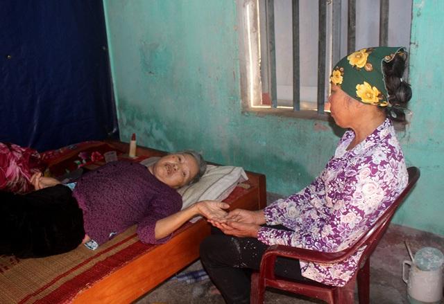 Ám ảnh câu nói của người đàn bà bệnh tật nuôi chị gái liệt giường và mẹ già gần trăm tuổi - Ảnh 4.