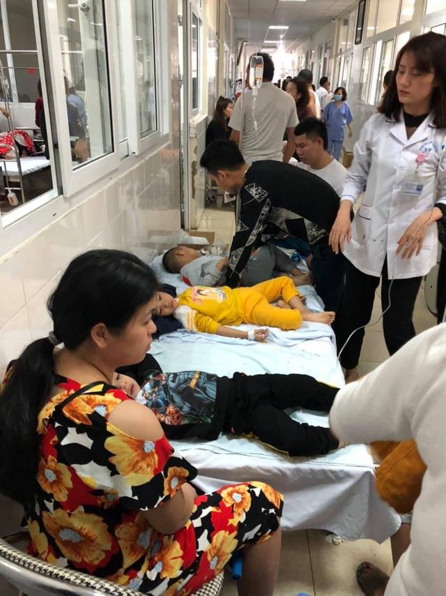Bác sỹ quên ăn cấp cứu 143 trẻ mầm non nghi bị ngộ độc - Ảnh 1.