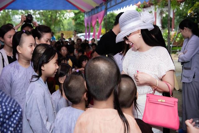 Sau gần 20 năm làm vợ tỷ phú gốc Việt giàu nhất ở Mỹ, ca sĩ Hà Phương giờ ra sao? - Ảnh 2.