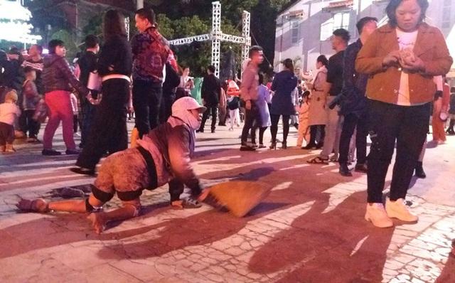 Hàng chục người ăn xin bủa vây Nhà thờ lớn Hải Dương trước đêm Noel - Ảnh 2.