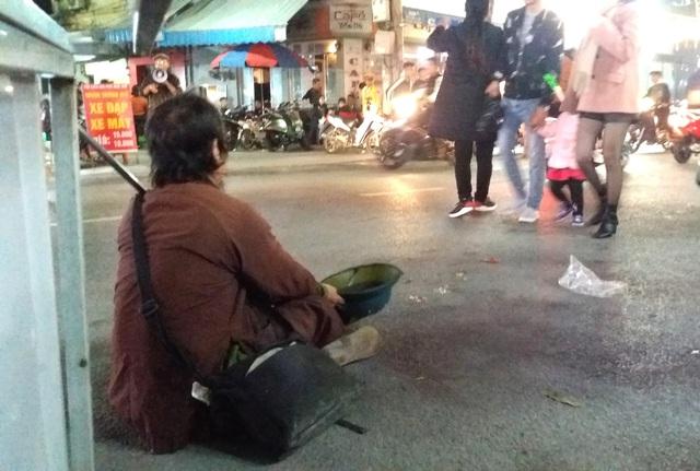 Hàng chục người ăn xin bủa vây Nhà thờ lớn Hải Dương trước đêm Noel - Ảnh 4.