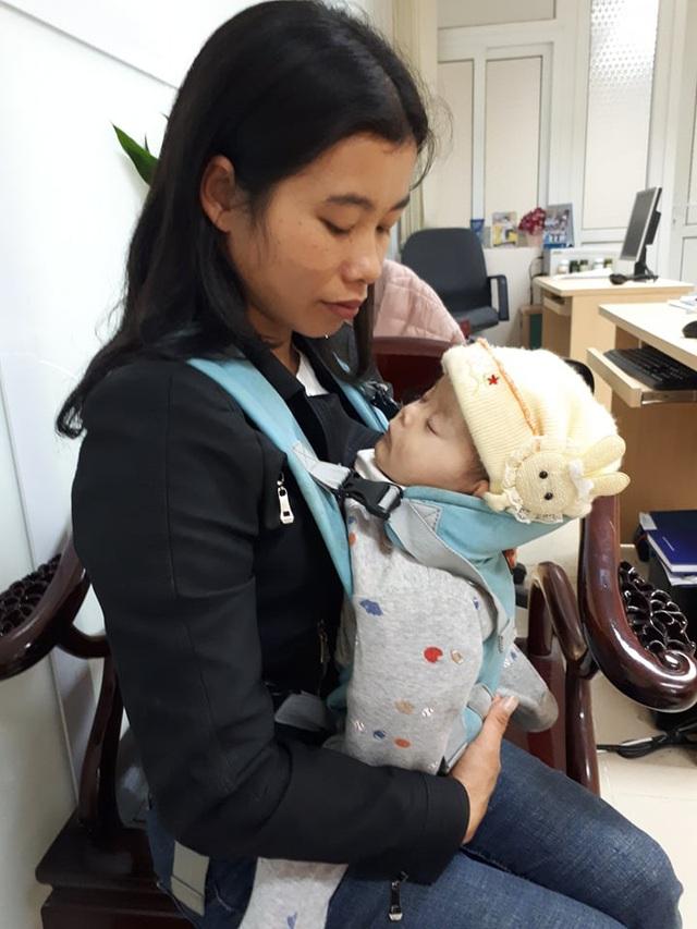 Sức khỏe bé gái 1 tuổi bị tim bẩm sinh ở Tuyên Quang yếu hơn trước - Ảnh 2.