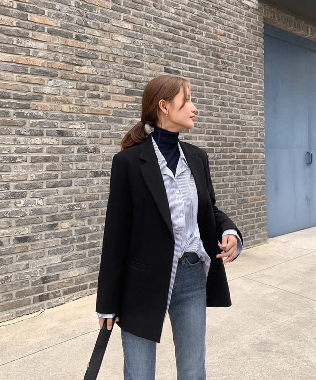 Mix bộ đôi áo cổ cao + áo sơ mi với quần jeans