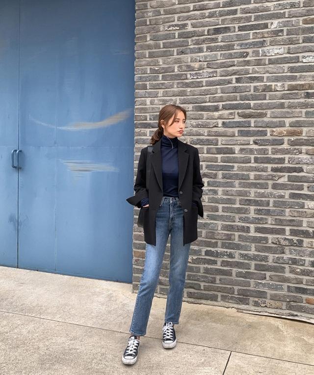 Sự kết hợp giữa áo cổ cao + blazer rất hợp với môi trường chuyên nghiệp nơi công sở