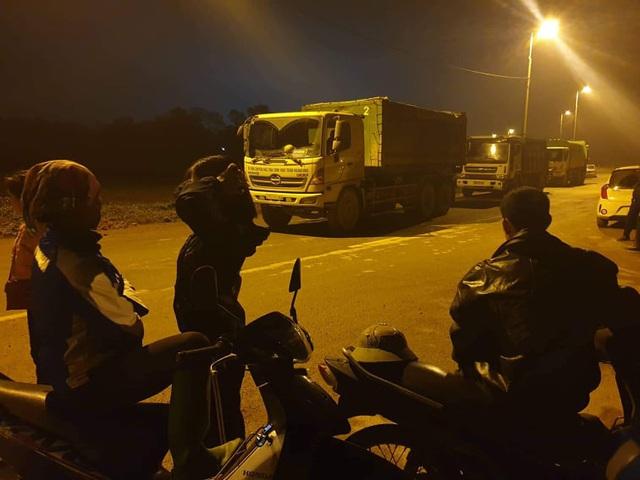 Hà Nội: Người dân tiếp tục chặn xe vào nhà máy rác Nam Sơn - Ảnh 1.