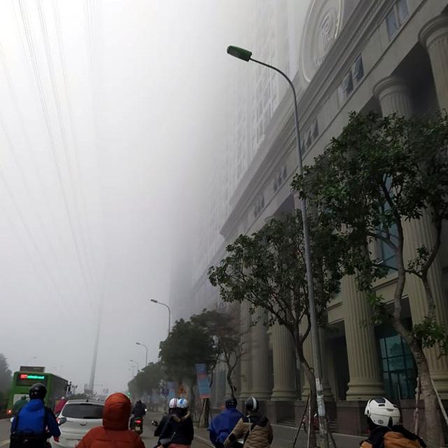 Hà Nội: Sương mù bao phủ dày đặc, các tòa nhà cao tầng bất ngờ biến mất - Ảnh 2.