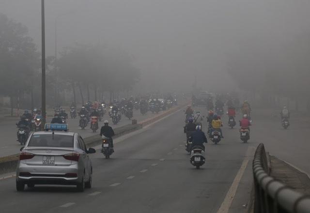 Hà Nội: Sương mù bao phủ dày đặc, các tòa nhà cao tầng bất ngờ biến mất - Ảnh 10.