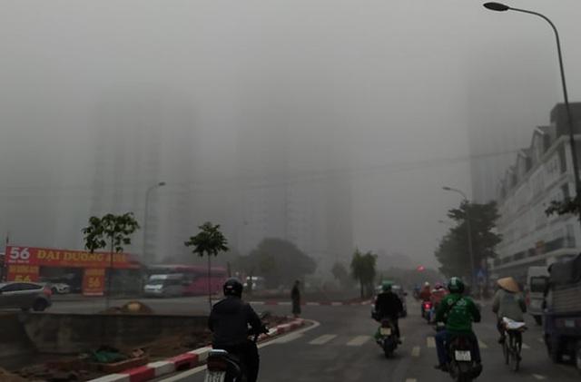 Hà Nội: Sương mù bao phủ dày đặc, các tòa nhà cao tầng bất ngờ biến mất - Ảnh 3.