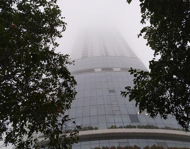 Hà Nội: Sương mù bao phủ dày đặc, các tòa nhà cao tầng bất ngờ biến mất - Ảnh 7.