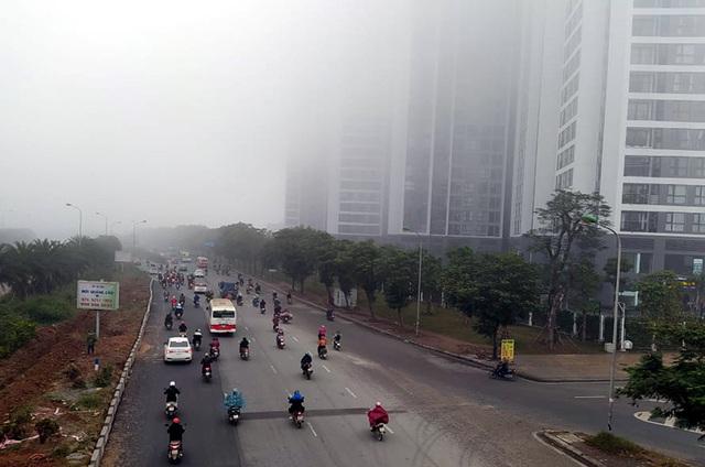 Hà Nội: Sương mù bao phủ dày đặc, các tòa nhà cao tầng bất ngờ biến mất - Ảnh 8.