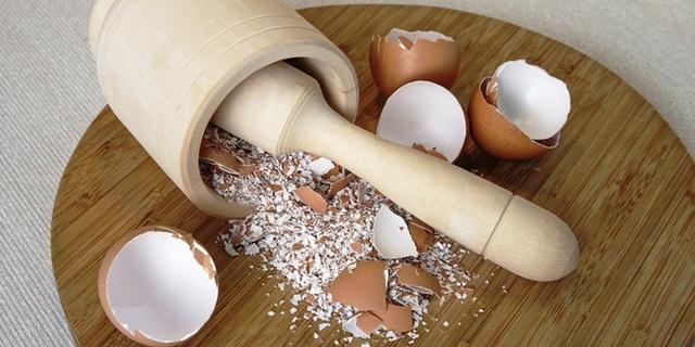 Làm trứng rán xong đừng vội vứt vỏ trứng đi, những tác dụng hay ho của nó sẽ khiến bạn ngạc nhiên đấy - Ảnh 2.