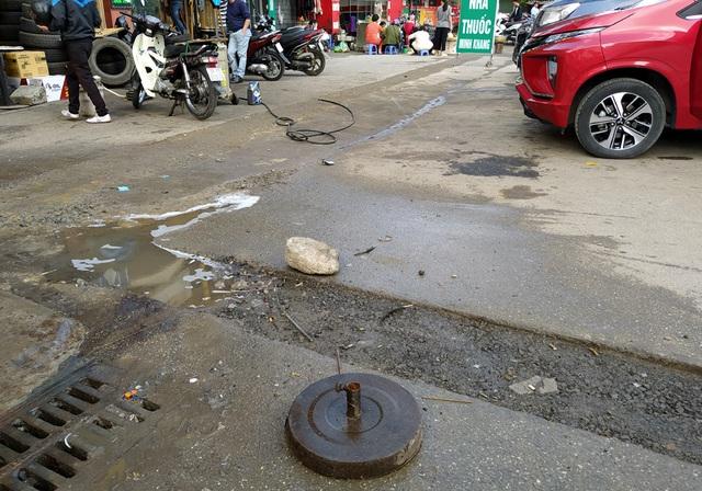 Người dân Thủ đô bức xúc vì đường phố đang đẹp bỗng dưng bị đào xới nhếch nhác dịp cận Tết - Ảnh 2.