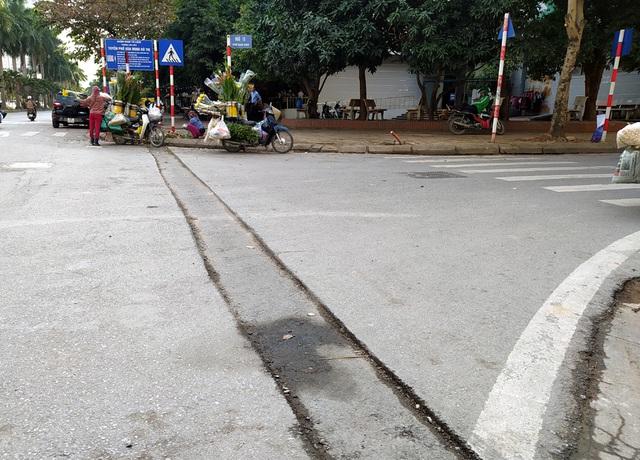 Người dân Thủ đô bức xúc vì đường phố đang đẹp bỗng dưng bị đào xới nhếch nhác dịp cận Tết - Ảnh 5.