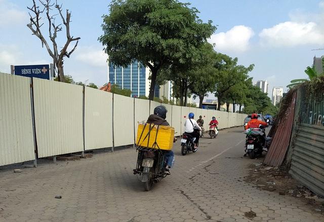Người dân Thủ đô bức xúc vì đường phố đang đẹp bỗng dưng bị đào xới nhếch nhác dịp cận Tết - Ảnh 7.