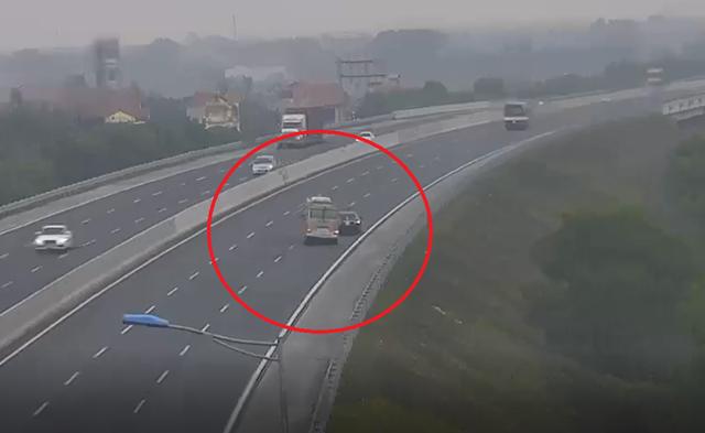 Phạt 1 triệu đồng, tước GPLX 2 tháng đối với tài xế lùi xe 6km trên cao tốc - Ảnh 2.