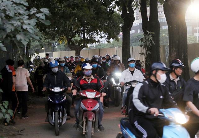 Video: Ô tô nối đuôi nhau nhích từng mét qua công trường thi công đường đua F1 tại Hà Nội - Ảnh 9.