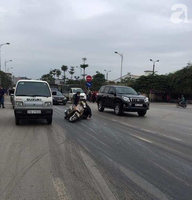Hà Nội: Truy đuổi chiếc xe hung thần đổ dầu mỡ ra đường khiến hàng loạt phụ nữ trượt ngã kinh hoàng  - Ảnh 2.