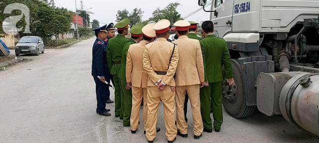 Hà Nội: Truy đuổi chiếc xe hung thần đổ dầu mỡ ra đường khiến hàng loạt phụ nữ trượt ngã kinh hoàng  - Ảnh 3.