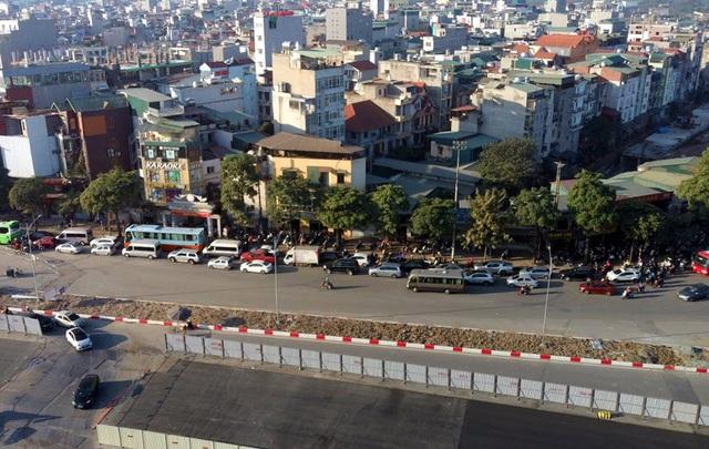 Video: Ô tô nối đuôi nhau nhích từng mét qua công trường thi công đường đua F1 tại Hà Nội - Ảnh 4.