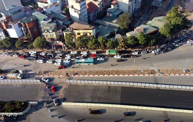 Video: Ô tô nối đuôi nhau nhích từng mét qua công trường thi công đường đua F1 tại Hà Nội - Ảnh 8.