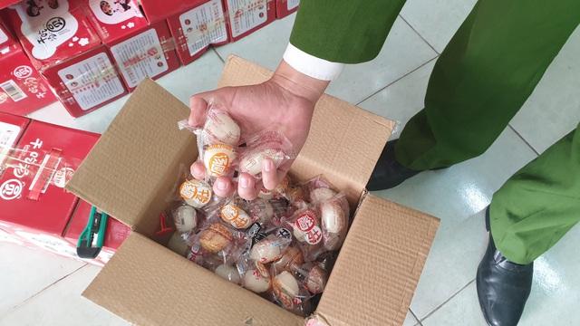 VIDEO: Bắt hơn 1 tấn thịt đông lạnh, bánh kẹo Trung Quốc đang tập kết ở Hà Nội - Ảnh 4.