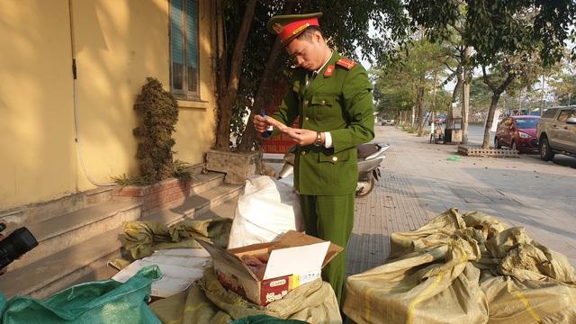 VIDEO: Bắt hơn 1 tấn thịt đông lạnh, bánh kẹo Trung Quốc đang tập kết ở Hà Nội - Ảnh 3.