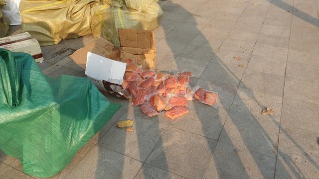 VIDEO: Bắt hơn 1 tấn thịt đông lạnh, bánh kẹo Trung Quốc đang tập kết ở Hà Nội - Ảnh 5.