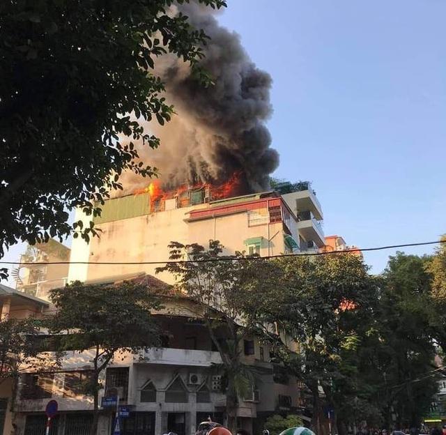 Hà Nội: Quán karaoke cháy lớn trên phố Thi Sách - Ảnh 1.