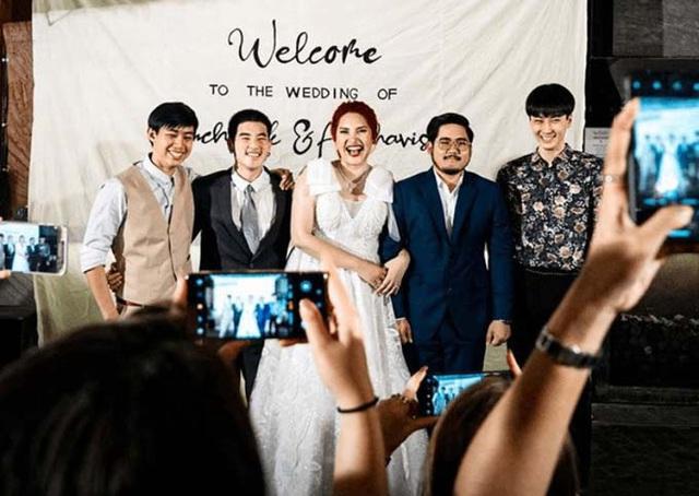 Cô dâu mời ba người yêu cũ dự đám cưới - Ảnh 1.