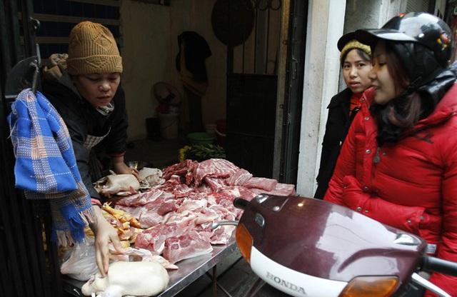 Giá thịt lợn cao, người dân rủ nhau mua gom lợn quê - Ảnh 1.