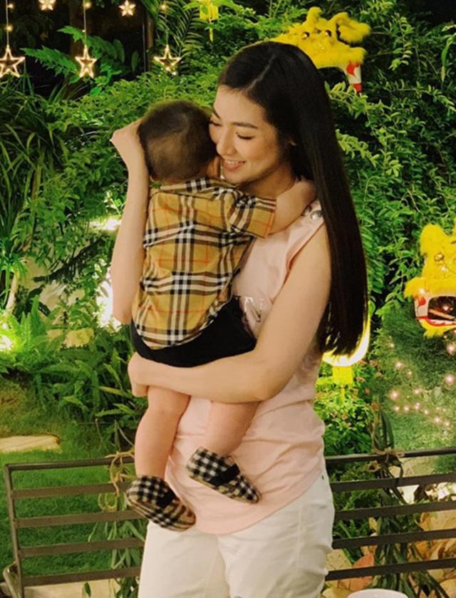 Hiếm khi đăng ảnh lộ mặt con trai, Á hậu Tú Anh tiếp tục khiến dân tình trầm trồ khi khoe góc nghiêng cực đáng yêu  - Ảnh 6.