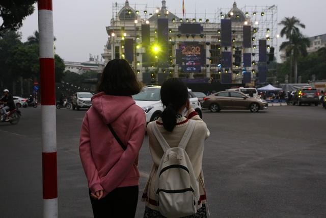 Vạn người đang đổ về trung tâm Thủ đô đón chào Lễ hội đếm ngược chào năm mới 2020 - Ảnh 8.