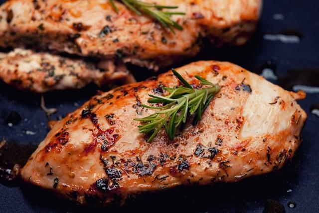 Lườn gà là phần thịt chứa nhiều chất đạm và ít chất béo, làm chậm lại quá trình hấp thụ rượu vào cơ thể. Ảnh: EnpicuriousTrứng