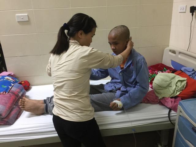 Chồng chất bệnh tật, cậu bé mong một ngày bớt đau đớn - Ảnh 3.