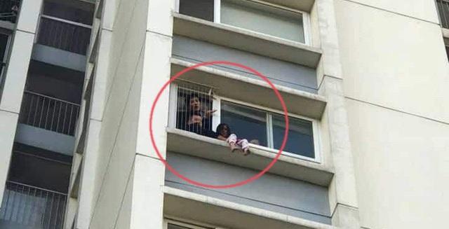 Ở nhà một mình, bé gái trèo ra ban công tầng 6 chung cư, gào khóc gọi mẹ ơi - Ảnh 2.