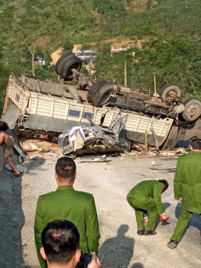 Ô tô con biến dạng sau khi bị xe tải lật nghiêng đè trúng, 2 bố con may mắn thoát nạn - Ảnh 2.