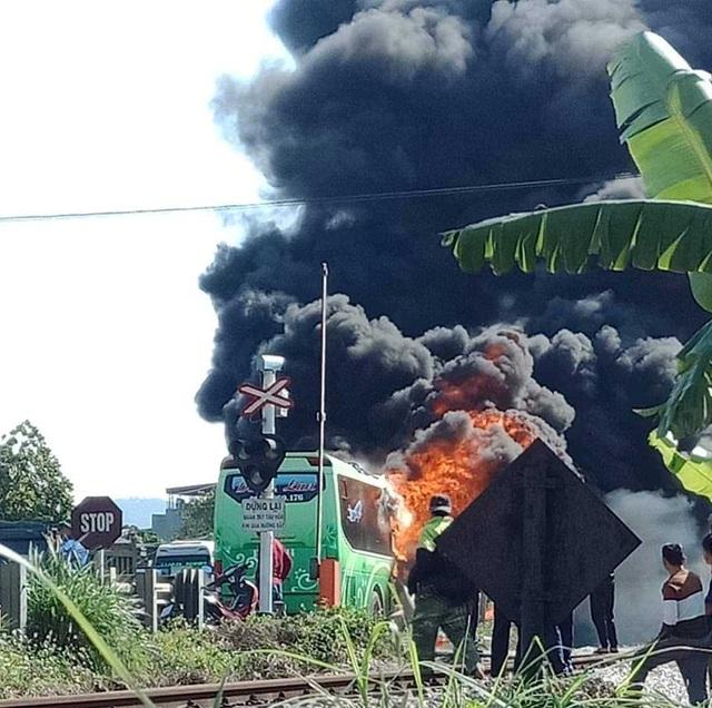 Kinh hoàng xe khách bốc cháy dữ dội, hành khách may mắn thoát nạn - Ảnh 1.