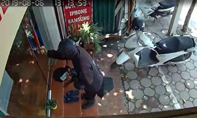 Chủ cửa hàng điện thoại sợ hãi kể lại giây phút đối mặt với kẻ ăn xin mặt đen quái dị - Ảnh 3.