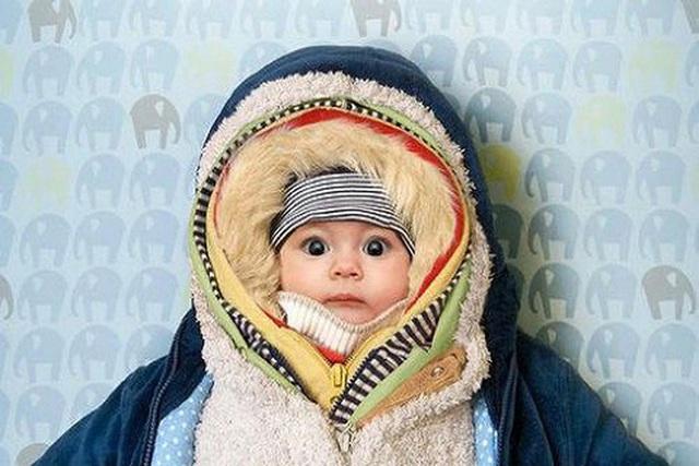 Giữ ấm cho con ngày lạnh kiểu này, cha mẹ tưởng đúng nhưng có thể hại con - Ảnh 1.