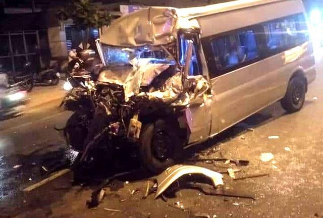 Ôtô 16 chỗ tông đuôi xe đầu kéo, tài xế tử vong - Ảnh 2.